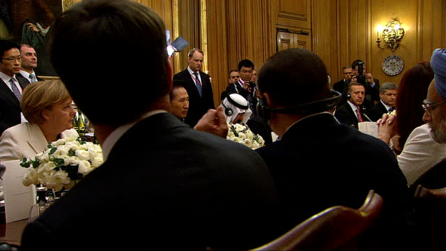 world leaders arrive in london downing street various of brown seated with political leaders at dinner queen elizabeth posing next brown and g20... - g20 leaders' summit stock videos & royalty-free footage