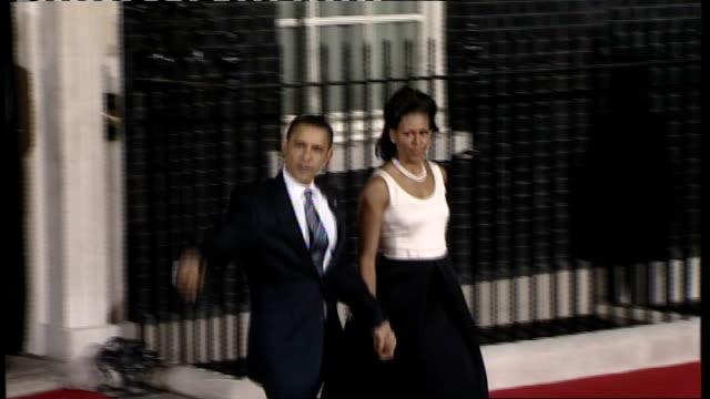 vidéos et rushes de world leaders arrive in london england london downing street photography * * barack obama departs number ten holding hands with his wife michelle... - message écrit et lettre de l'alphabet