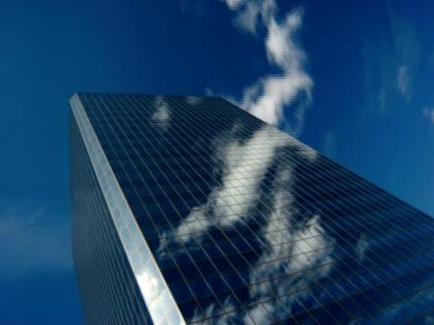 t/l sun and cloud passing modern building, low angle, anchorage, alaska, usa - 足根点の映像素材/bロール
