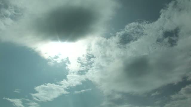 t/l sun and clouds in sky - 隠れる点の映像素材/bロール