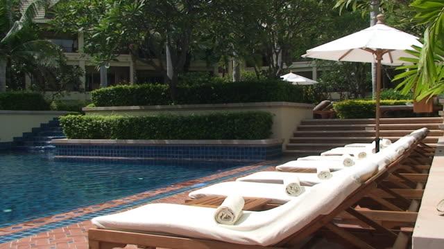 vídeos y material grabado en eventos de stock de sillas reclinables para tomar el sol - tumbona