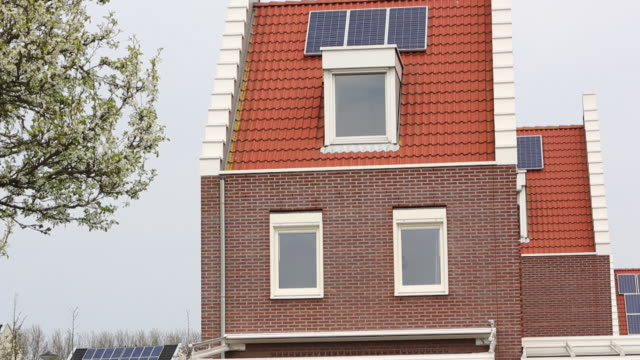 stockvideo's en b-roll-footage met sun city a suberb of heerhugowaard in the netherlands that has develped as a solar hot spot, with the majority of the houses powered by solar panels and is the largest co2-neutral residential area in the world. - zonne energie