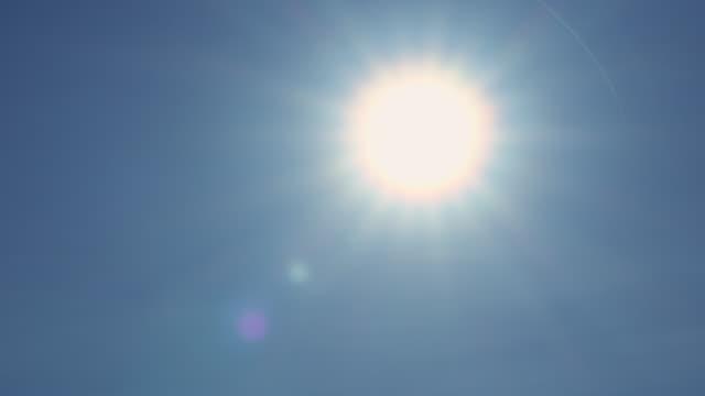 vidéos et rushes de sun flare sur le ciel bleu panoramique shot - lunette soleil
