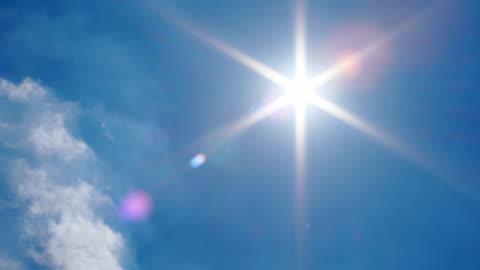 vidéos et rushes de sun flare sur ciel bleu panoramique shot - panoramique