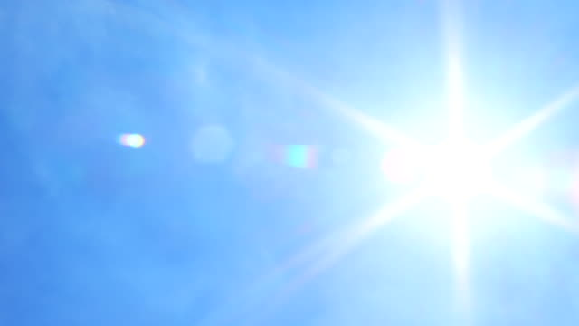 stockvideo's en b-roll-footage met zon flare on blue sky panning shot - blauw