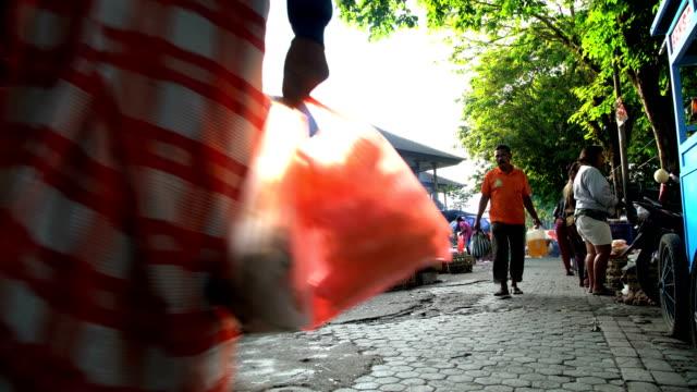 vídeos y material grabado en eventos de stock de sun flare over asian street market in bali - cultura indonesia