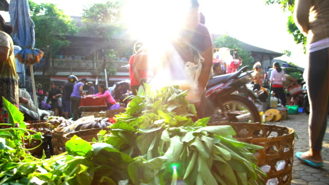 vídeos de stock e filmes b-roll de sun flare through people shopping in market indonesia - indonesia