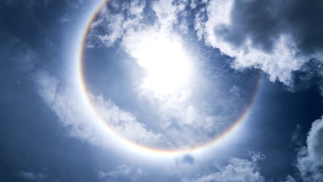 vidéos et rushes de soleil de halo et bleu ciel. - auréole