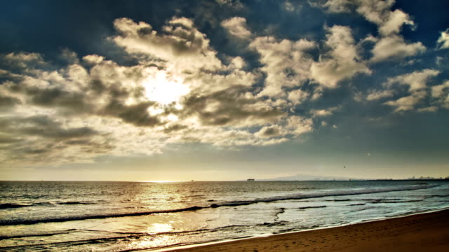 sonne in wolken und meer - bournemouth stock-videos und b-roll-filmmaterial