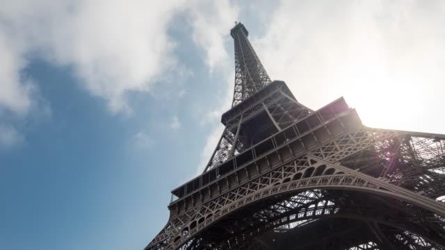 Luce solare attraverso la Torre Eiffel il cielo blu, Intervallo di tempo, 4 k (UHD