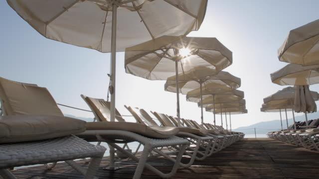 vídeos de stock e filmes b-roll de sun loungers & sunshades, marmaris, anatolia, turkey - eco tourism