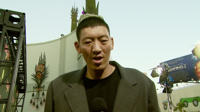 vidéos et rushes de sun ming ming on the experience of making the film, his role in the film, and his height at the 'rush hour 3' los angeles premiere at grauman's... - rush hour