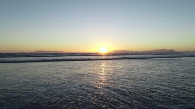 vídeos de stock, filmes e b-roll de sol no horizonte sobre o mar - vista do mar