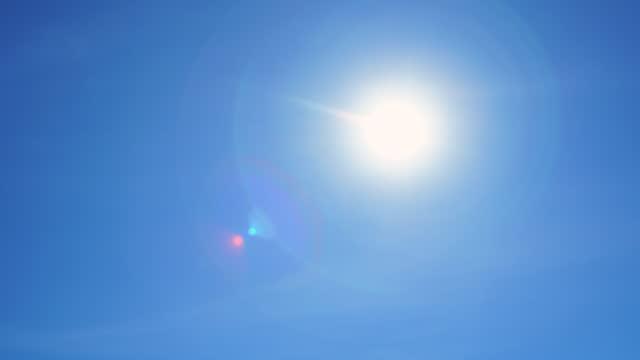 vídeos de stock, filmes e b-roll de sol no céu panning shot - brilho solar