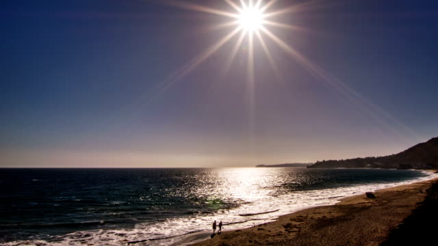 vídeos de stock, filmes e b-roll de sol sobre o mar - quebra mar