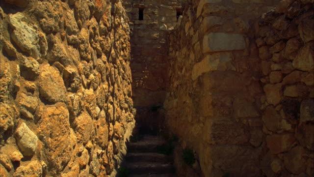 vídeos de stock, filmes e b-roll de sun passes over narrow staircase - jerusalém