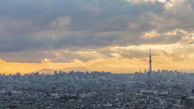 空と東京のスカイライン上の雲からの太陽線 - overcast点の映像素材/bロール