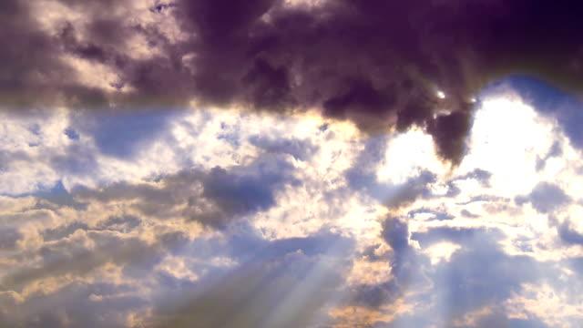 vidéos et rushes de soleil rayons ouvrir la porte des nuages dans le ciel - auréole