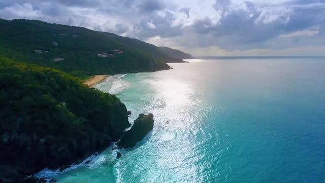 vídeos de stock e filmes b-roll de sun rays reflecting on the surface of the sea, slow motion - coastline