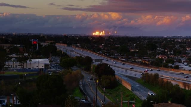 vídeos de stock e filmes b-roll de sun reflecting off dtla skyline seen from wilmington, ca - aerial - sul da califórnia