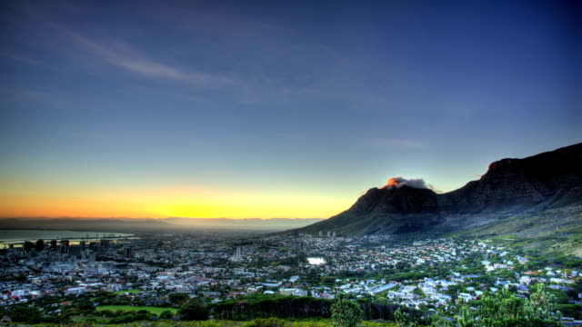 vidéos et rushes de sun rise lights up table mountain and city in the foreground - ville moyenne