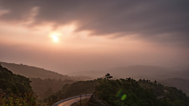 日の出まで流れる雲ウェイブズ - 木を抱く点の映像素材/bロール