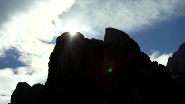 vídeos y material grabado en eventos de stock de aumento de sol detrás de las montañas, lapso de tiempo - mancha solar