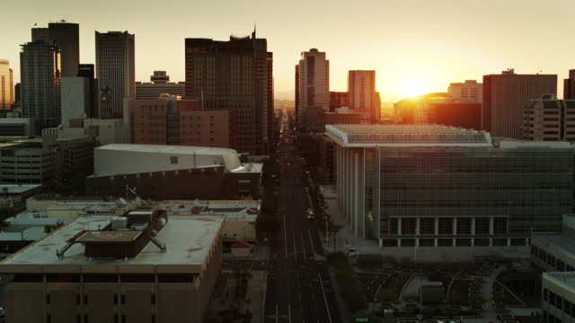 vídeos de stock e filmes b-roll de sun rising on phoenix - drone shot - manhã