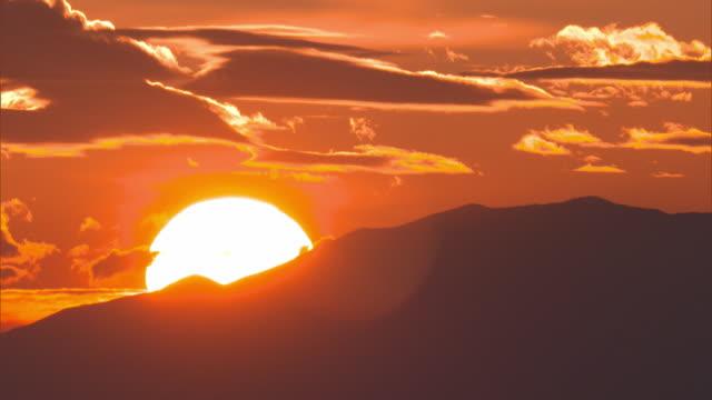 vídeos y material grabado en eventos de stock de sun rising over a mountain side - caldera cráter