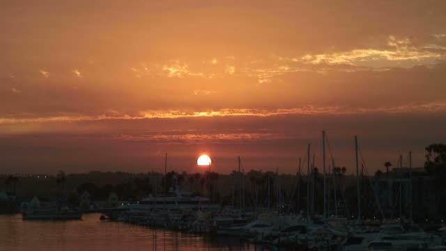 vídeos de stock e filmes b-roll de subida (hd1080i) sol sobre a marina de barco/porto -time lapse - marina