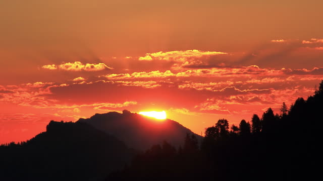 sun rising over mountains - sonnenaufgang stock-videos und b-roll-filmmaterial