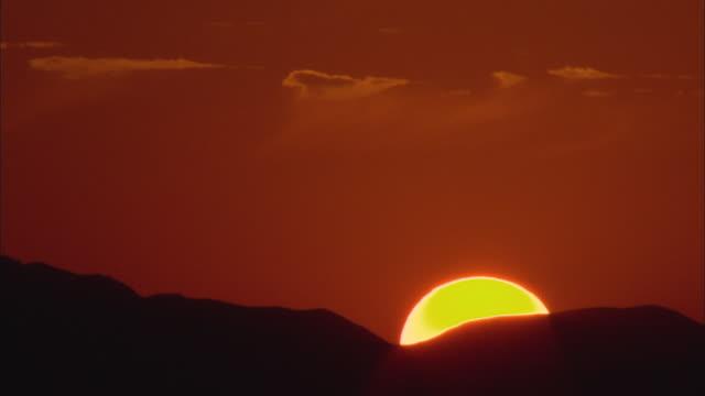 ws sun rising slowly over hills of mojave desert / california, usa - deserto mojave video stock e b–roll