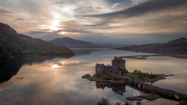 vídeos de stock, filmes e b-roll de sun set over eilean donan castle on loch duich in the scotish highlands - escócia