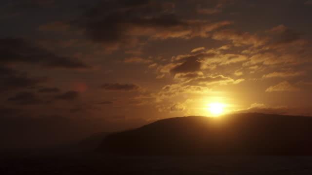 stockvideo's en b-roll-footage met sun sets behind hills. - tijdopname