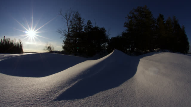 vidéos et rushes de tl sun sets over trees and snow drift, minnesota, usa - neige fraîche