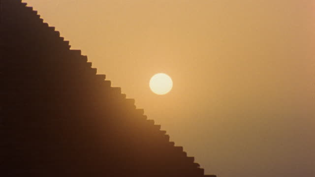 ws zo sun setting behind pyramid of chephren / giza, egypt - pyramid stock videos and b-roll footage