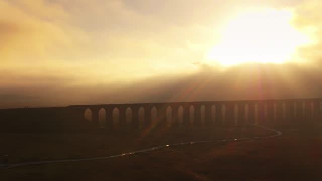 Ondergaande zon achter de Ribblehead Viaduct - Drone Shot