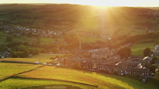 vídeos de stock e filmes b-roll de sun setting on haworth, west yorkshire in summer - yorkshire