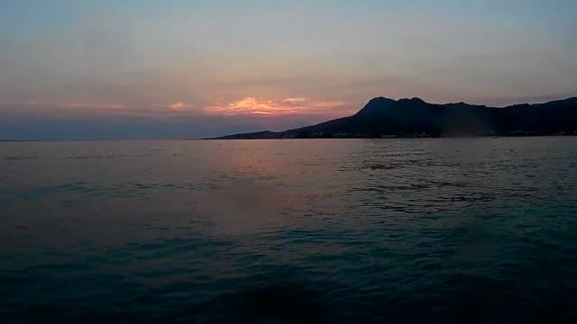Sonnenuntergang am Meereswellen am Strand