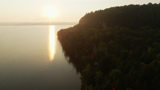 ミシガン湖のグリーンベイに沈む太陽 - 空中 - ウィスコンシン州点の映像素材/bロール