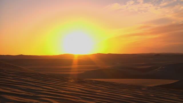 ws sun setting over sahara desert / cairo, egypt - dramatic sky stock videos & royalty-free footage