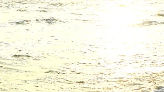 Sonne scheint auf den Wellen des Meeres.