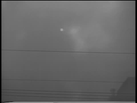 vidéos et rushes de b/w 1934 sun shining dimly thru smoke from chicago stockyard fire / newsreel - 1934