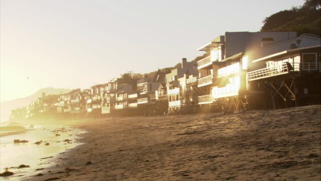 pan sun shining on beachfront property in malibu / california - malibu bildbanksvideor och videomaterial från bakom kulisserna