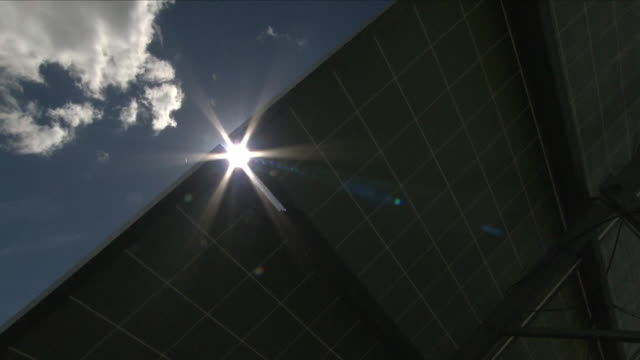 sun shining on solar panels - sonnenstrahl stock-videos und b-roll-filmmaterial