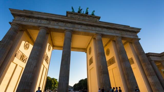 Sun shining through Brandenburg Gate, steady cam