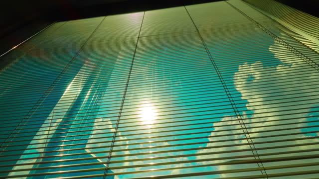 太陽からカーテン tl 4 k - カーテンレール点の映像素材/bロール