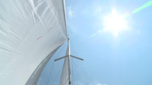 hd :日光浴のヨット - 帆点の映像素材/bロール