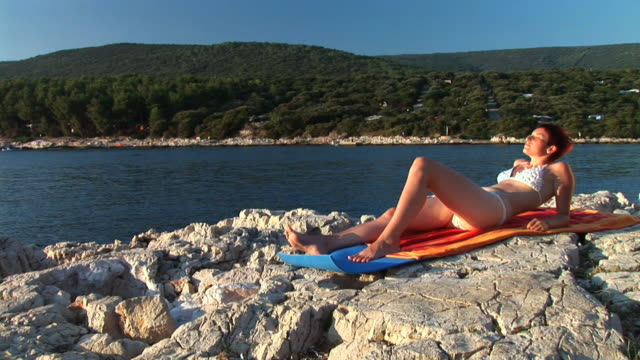 vídeos de stock, filmes e b-roll de hd: banhos de sol - cres croácia
