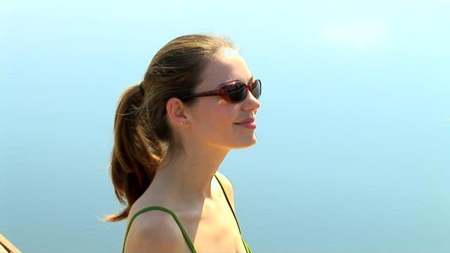 vidéos et rushes de sunbathing - seulement des jeunes femmes